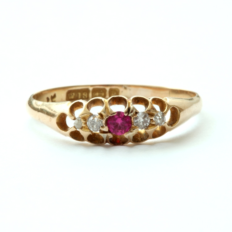 טבעת ג'יפסי  עם רובי ויהלומים קטנים.