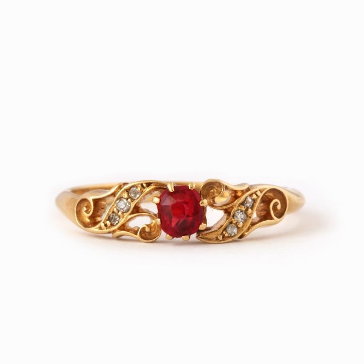 טבעת עתיקה, 18k עם רובי ויהלומים.