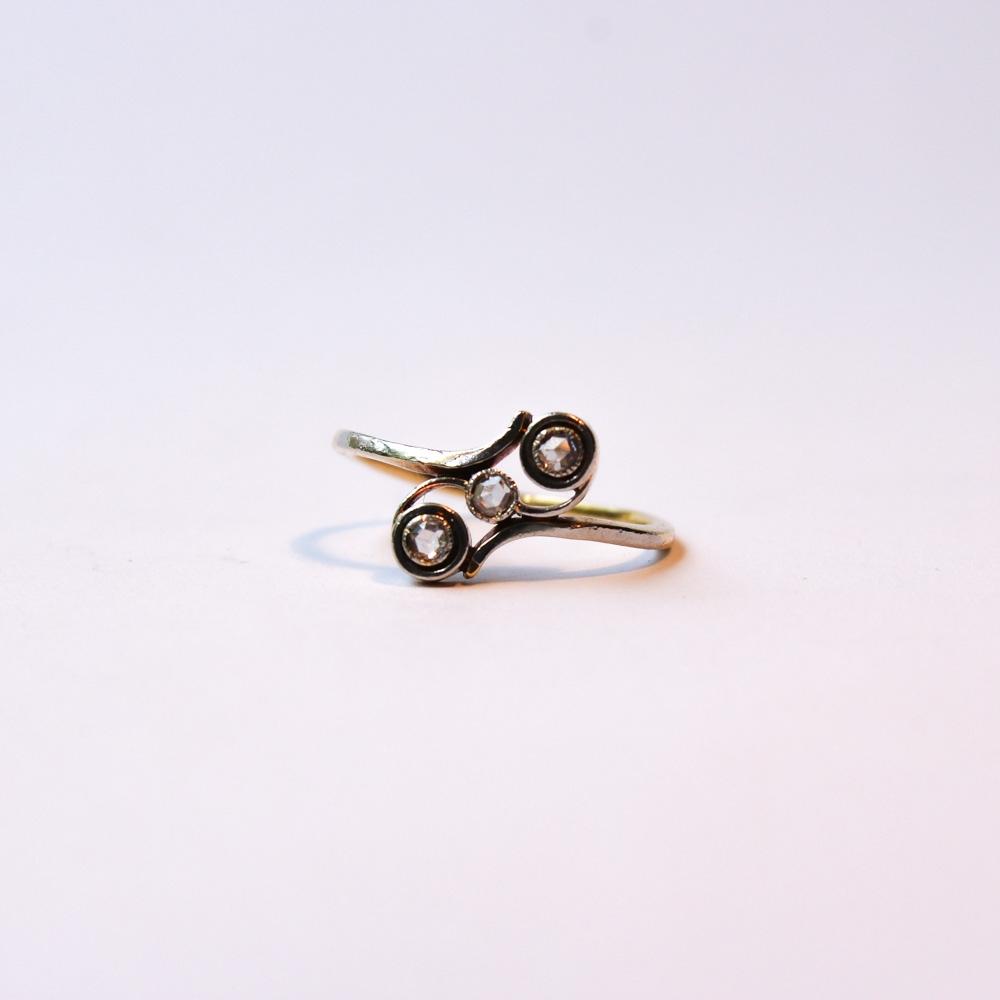 טבעת עם 3 יהלומים בצורת קרוס אובר.