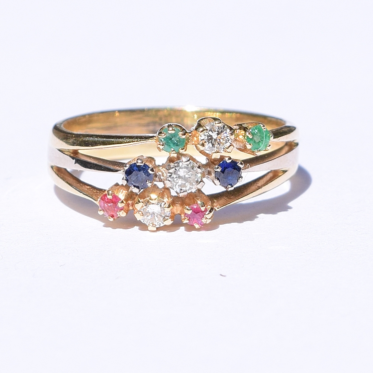 טבעת עתיקה מרשימה, זהב 18k, עם ספיר, אמרלד רובי ויהלומים.