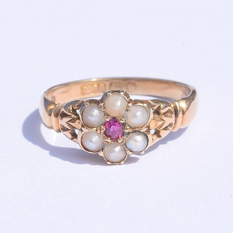 טבעת עתיקה קטנה קלסטר זהב 18k עם רובי ופנינים.