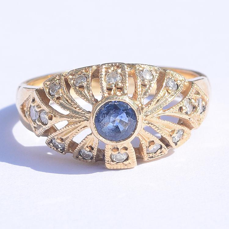 טבעת וינטג', זהב 18k, עם ספיר ויהלומים קטנים.