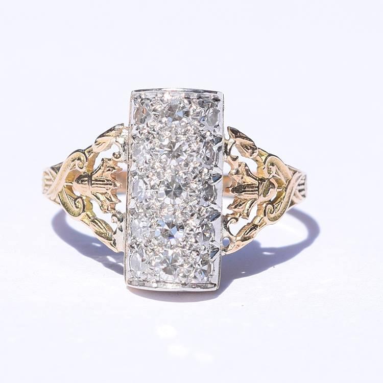טבעת אר דקו, זהב 18k עם יהלומים בליטוש עתיק ועיטורי פליר דה ליס על החישוק.