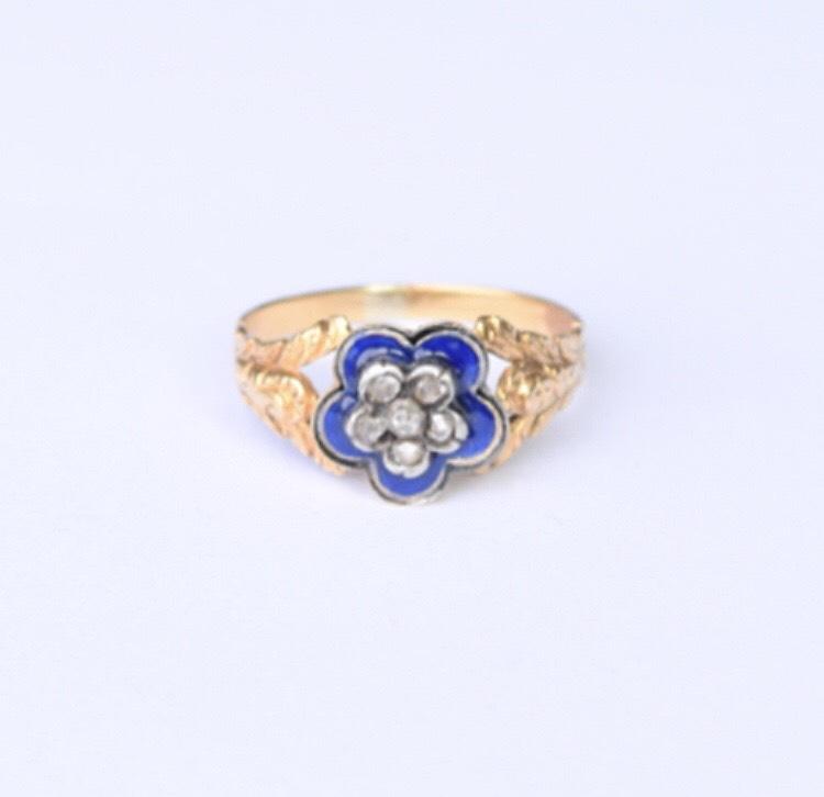 טבעת נהדרת ג'ורג'יאנית עם יהלומים ואמייל כחול.