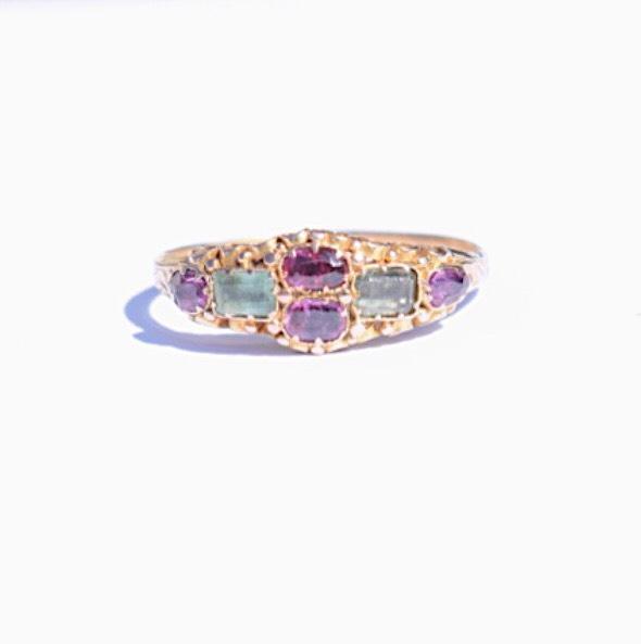 טבעת עתיקה מזהב  עם אמרלד וגרנט.