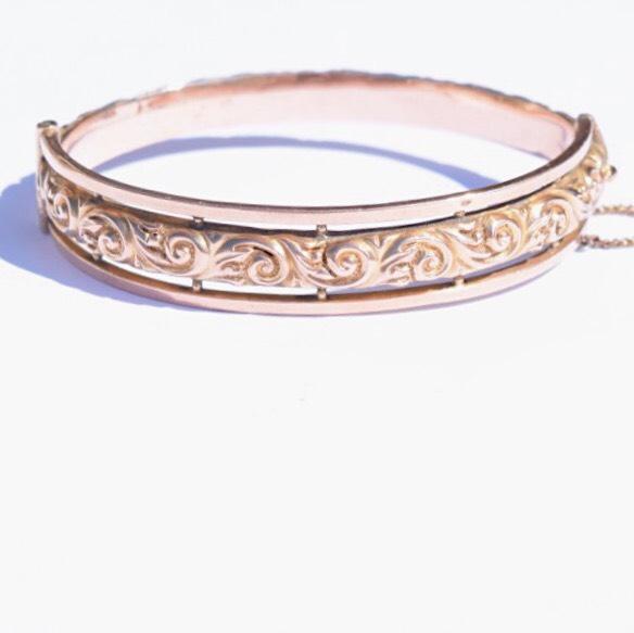 צמיד קשיח עתיק  זהב אדום המעוטר לכל אורכו.