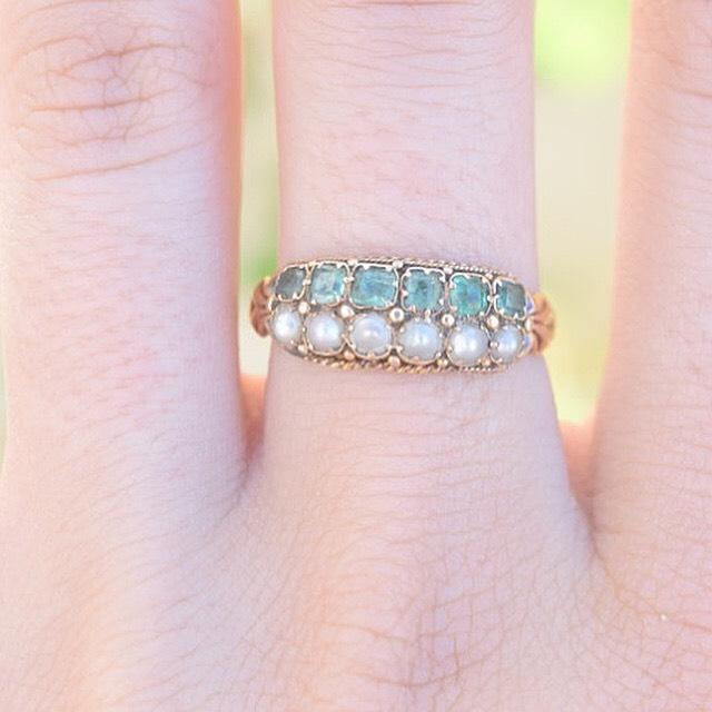 טבעת ויקטוריאנית ,זהב 15K עם 2 שורות של אמרלד ופנינים.