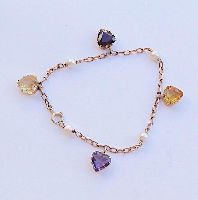 צמיד זהב 9k עתיק, עם צ'ארמים של לבבות.