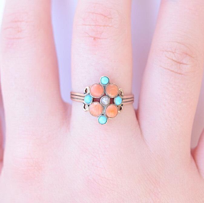 טבעת ויקטוריאנית עם טורקיזים קורלים ופנינה.
