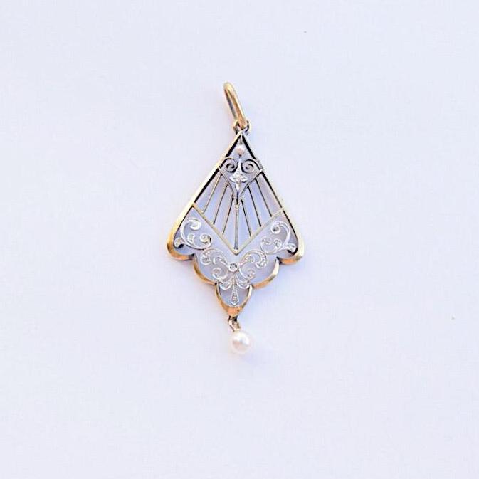 לאוואליר עתיק , עם יהלומים קטנטנים ופנינים.