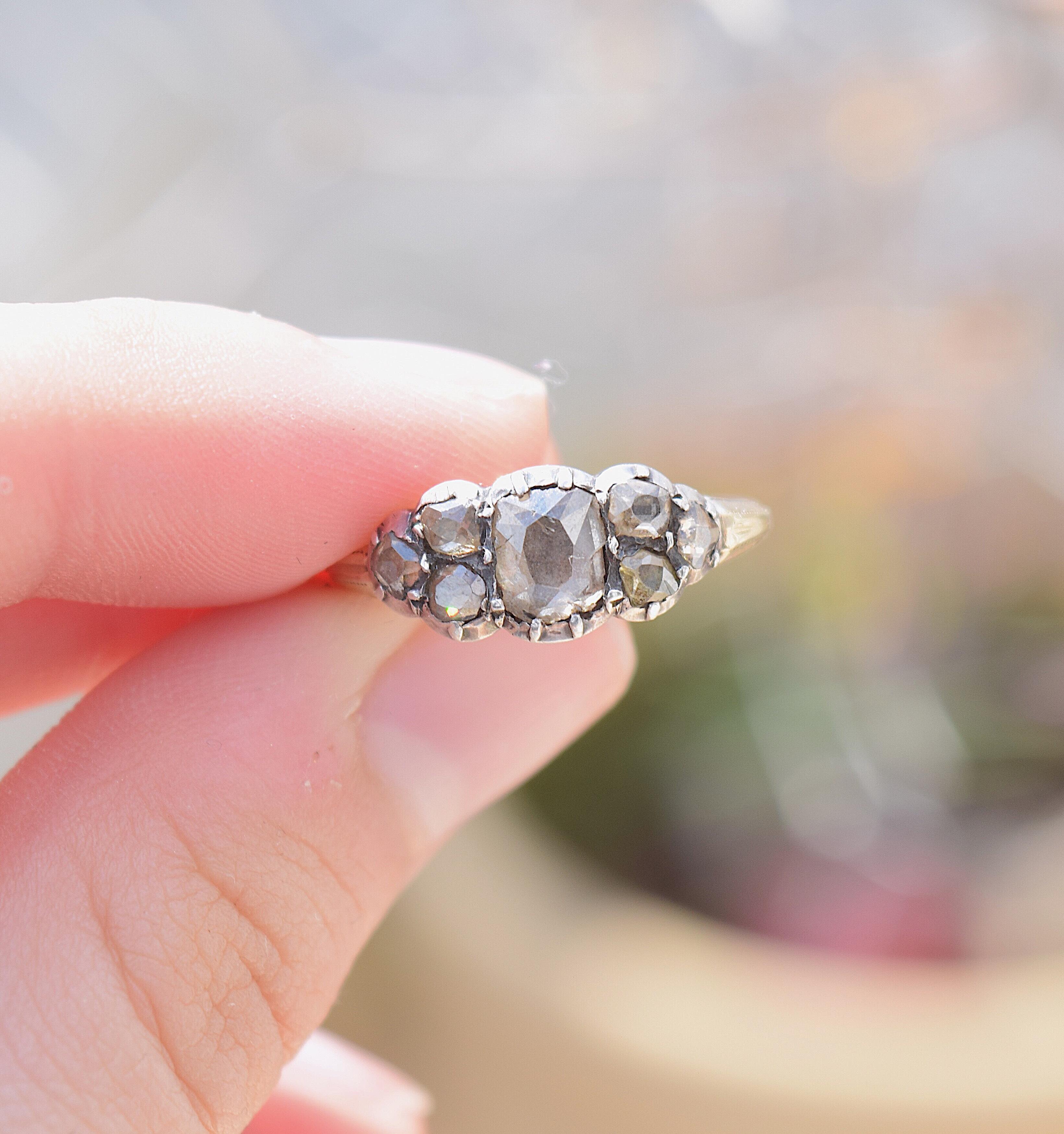 טבעת ג'ורג'יאנית עם יהלום מרכזי גדול ונוספים .