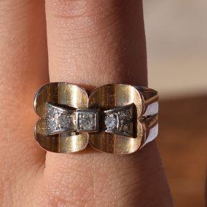 טבעת רטרו מזהב עם יהלומים.