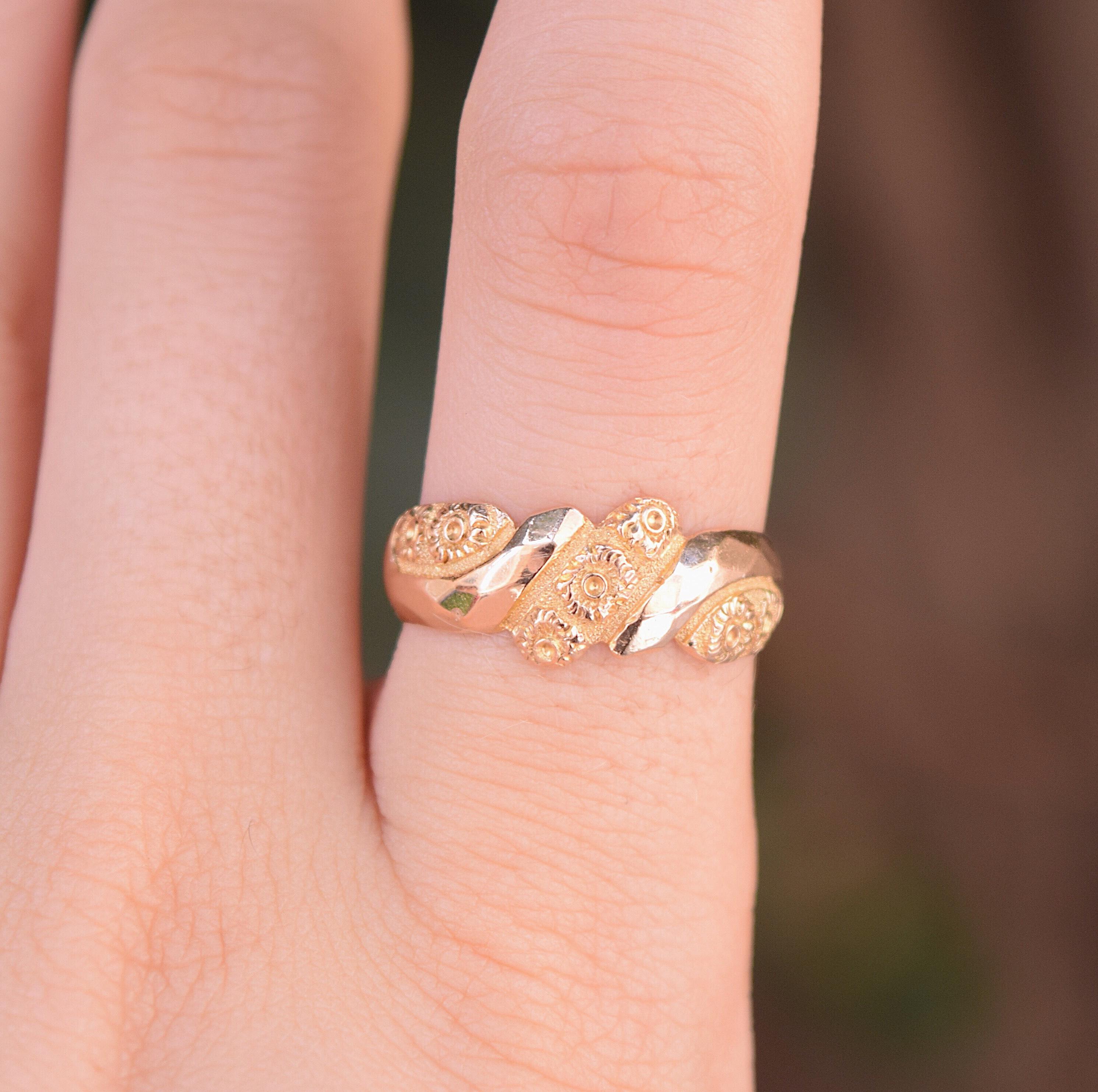 טבעת קיפר עתיקה עם פרחי זכריני.
