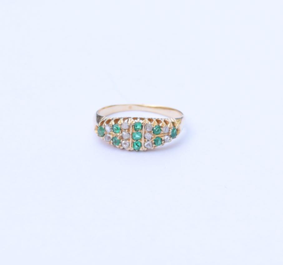 טבעת ג'יפסי עתיקה, זהב 18K עם אבני אמרלד ויהלומים .