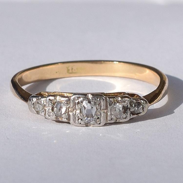 טבעת זהב 18k עם יהלומים המשובצים בצורה מדורגת.