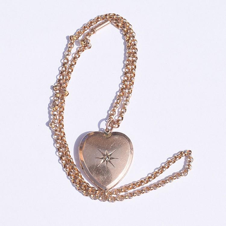לוקט לב עתיק עם יהלום.