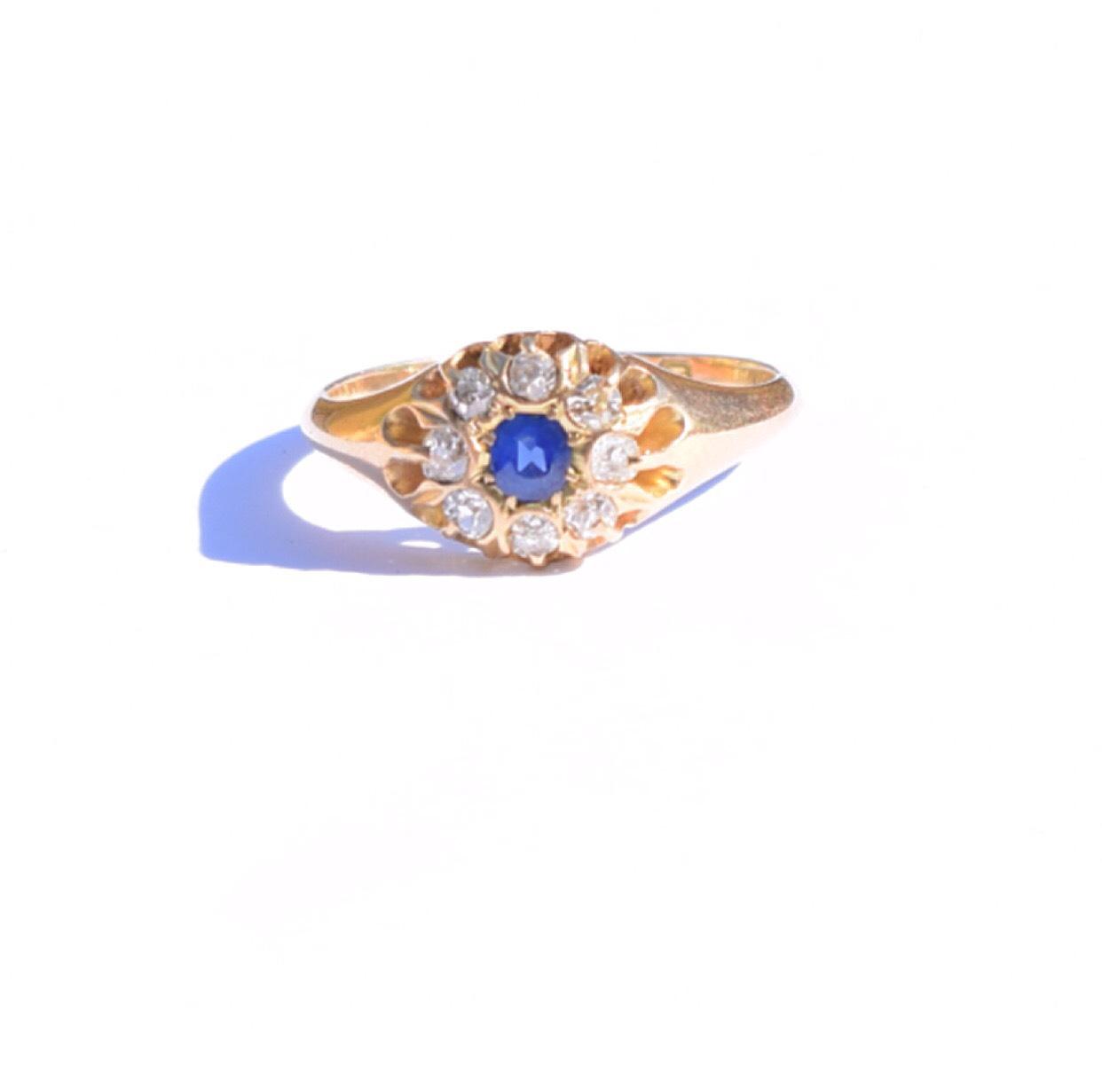 טבעת קלסטר ג'יפסי נהדרת, מזהב עם ספיר ויהלומים.