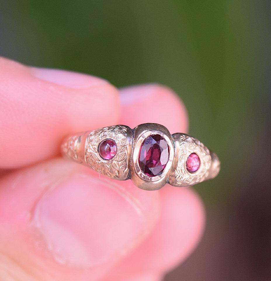 טבעת ויקטוריאנית , זהב 9K עם 3 אבני גרנט אגוזי.
