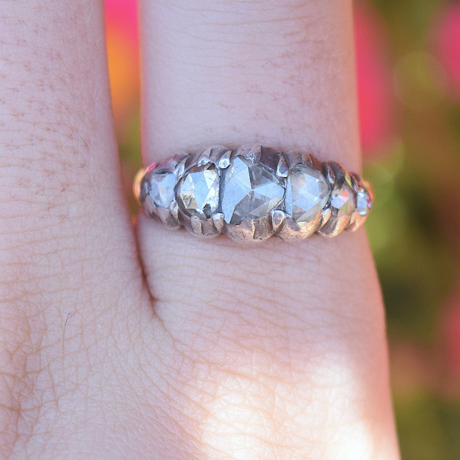 טבעת  half hoop ג'ורג'יאנית , זהב וכסף עם  יהלומים .