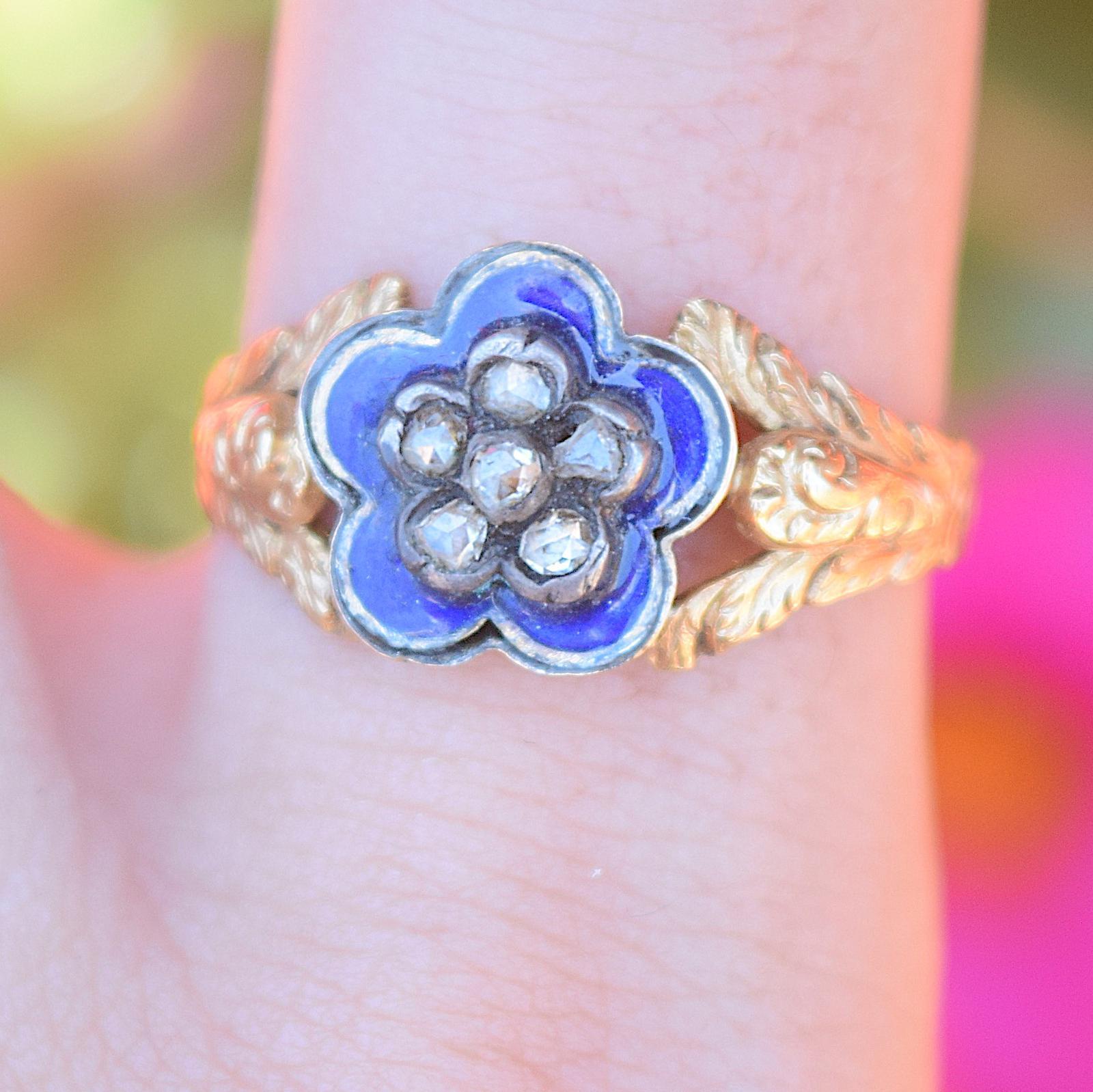 טבעת נהדרת עתיקה עם יהלומים ואמייל כחול.