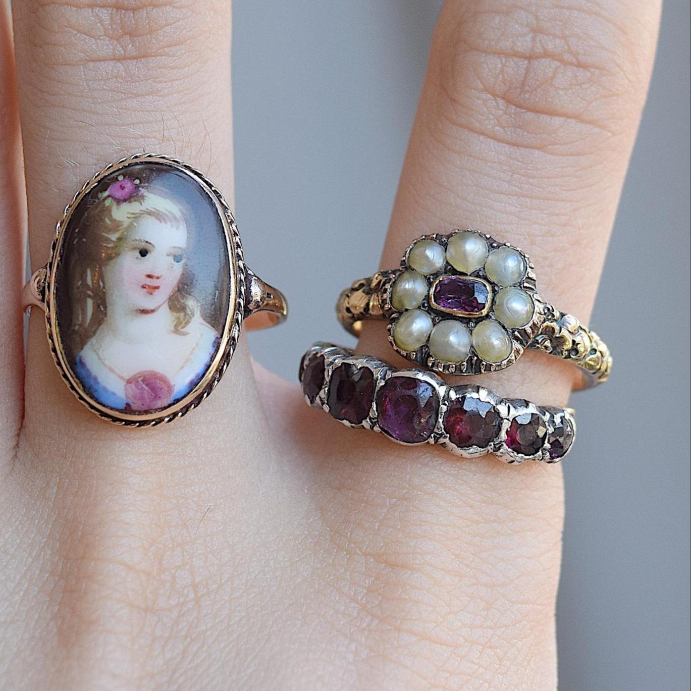 טבעת זהב עם ציור אמייל עתיק.(הטבעת השמאלית)