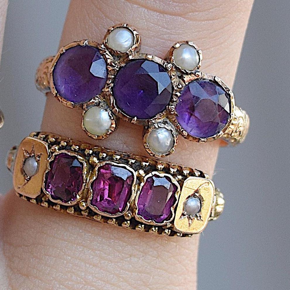 טבעת ויקטוריאנית זהב 15k עם אבני גרנט אגוזית ופנינים. (הטבעת התחתונה)