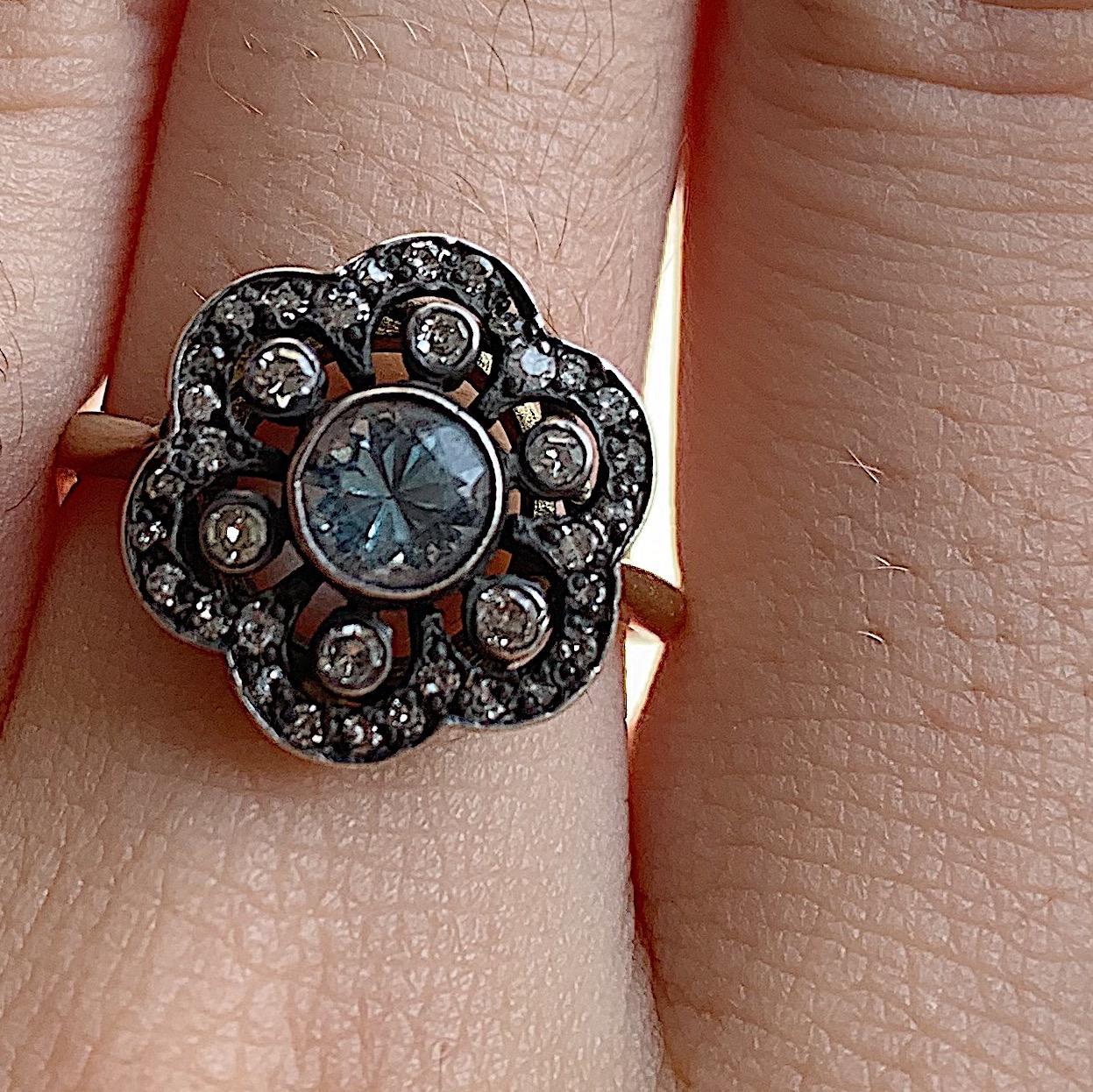 טבעת אנגלית זהב וכסף עם אקווה מארין ויהלומים.