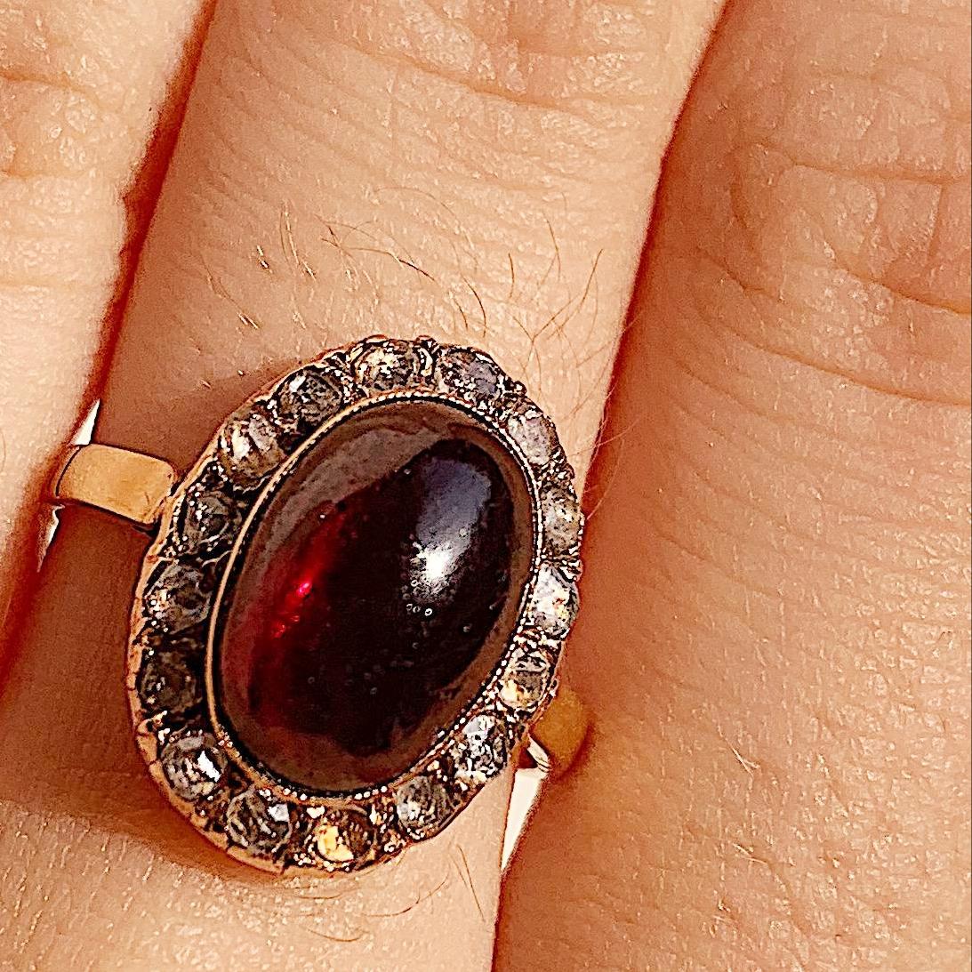 טבעת עתיקה, עם גרנט קבושון ויהלומים קטנים.