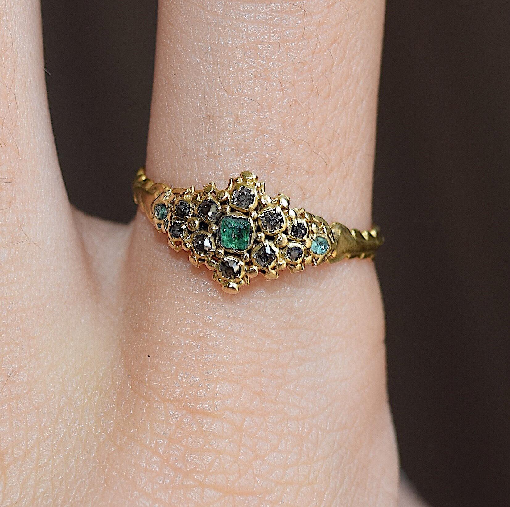טבעת קלסטר ויקטוריאנית, זהב עם אבני אמרלד, ויהלומים .
