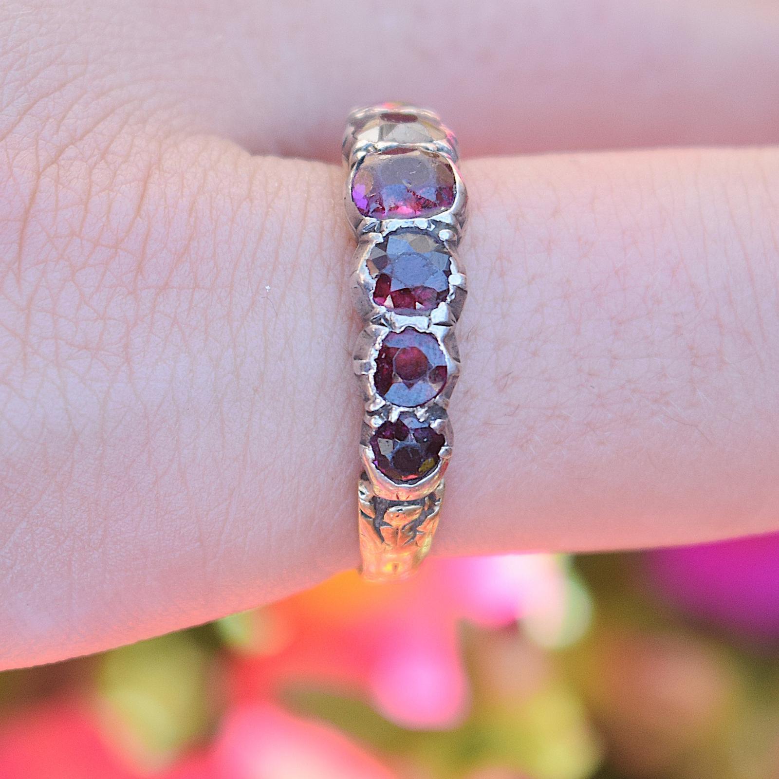 טבעת חצי איטרניטי עם גרנטים foil back .