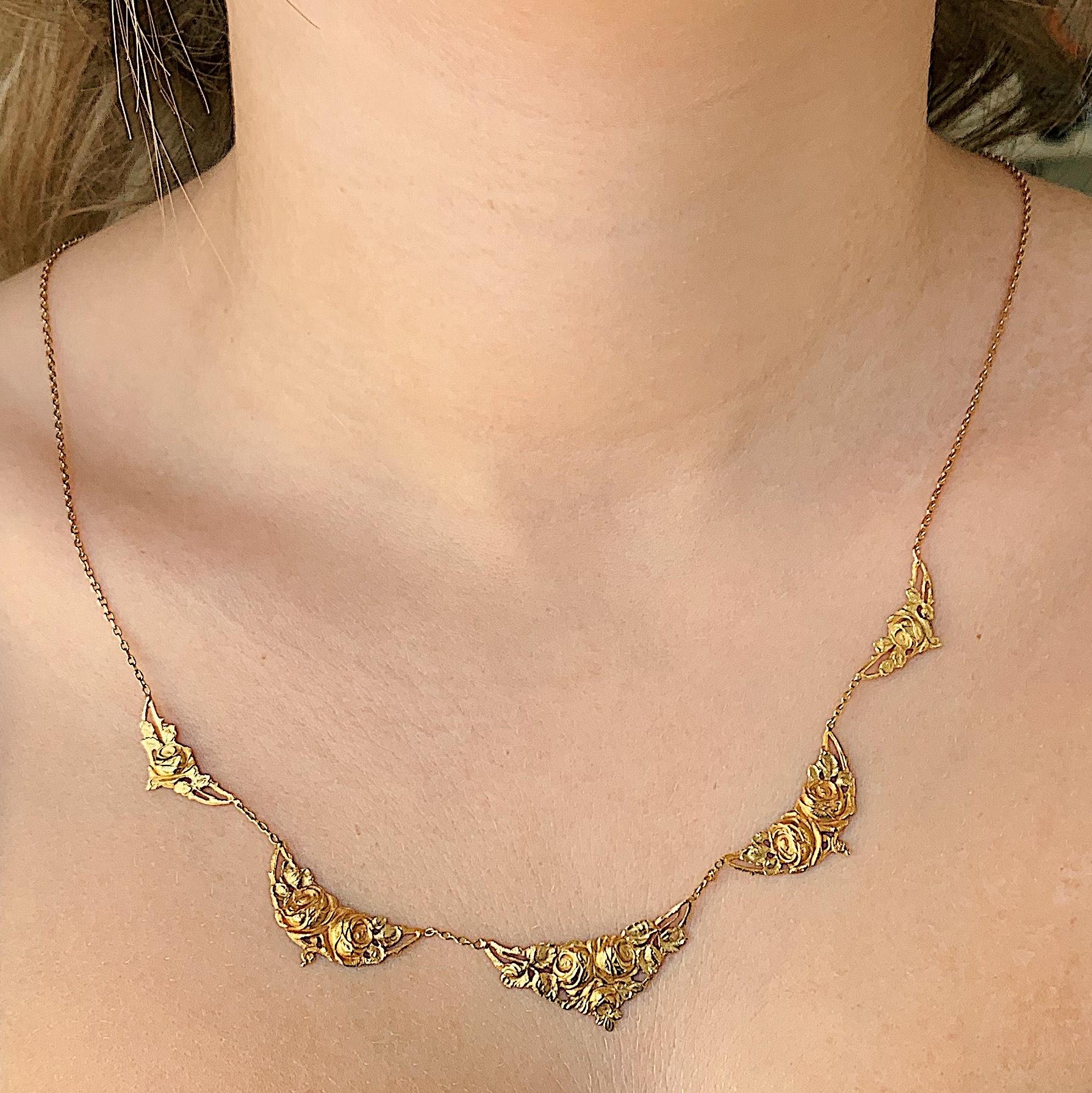 שרשרת עתיקה, זהב עם עיטורי ורדים.