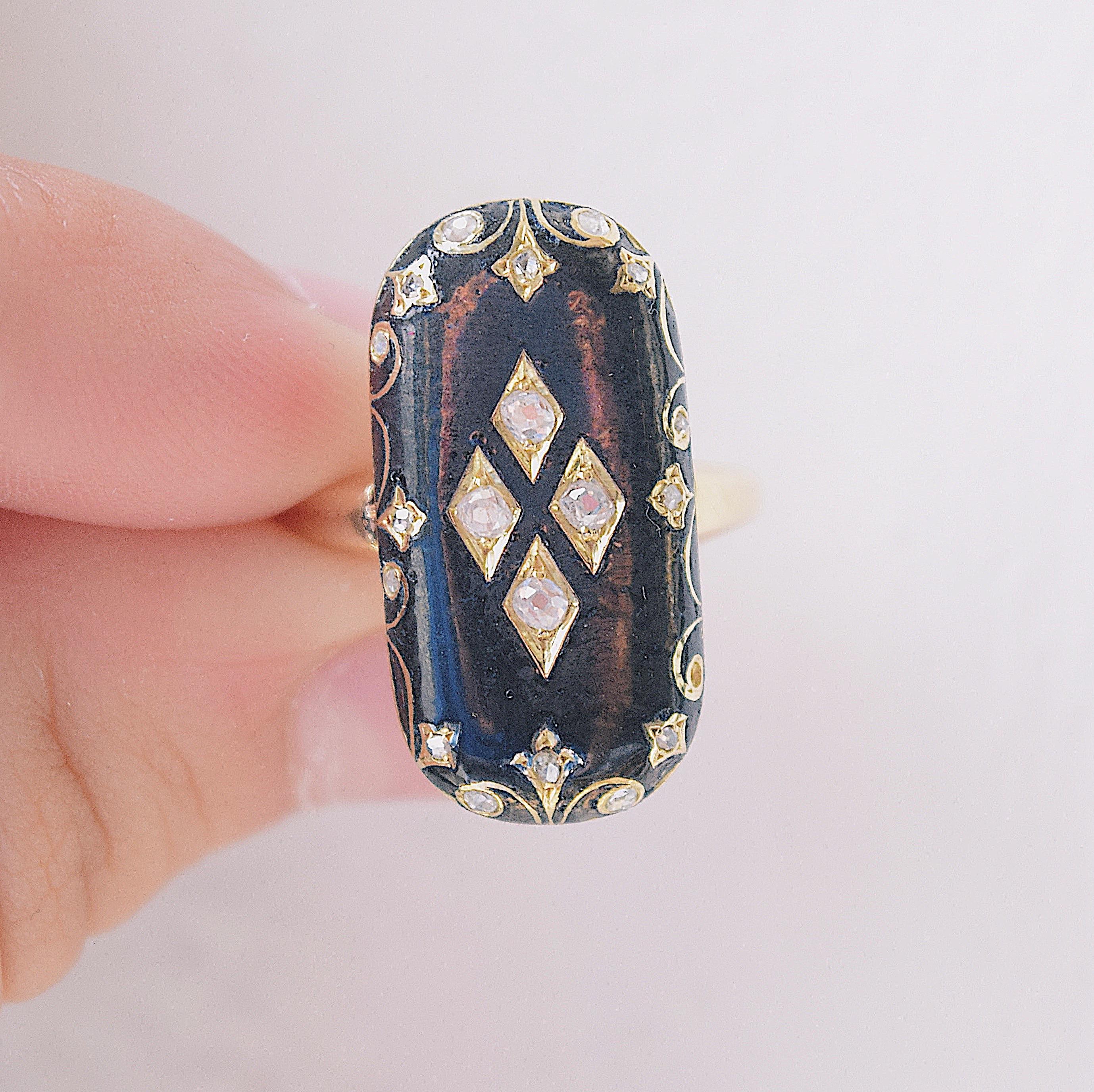 טבעת אובלית, זהב 18k, עם אמייל שחור ויהלומים.