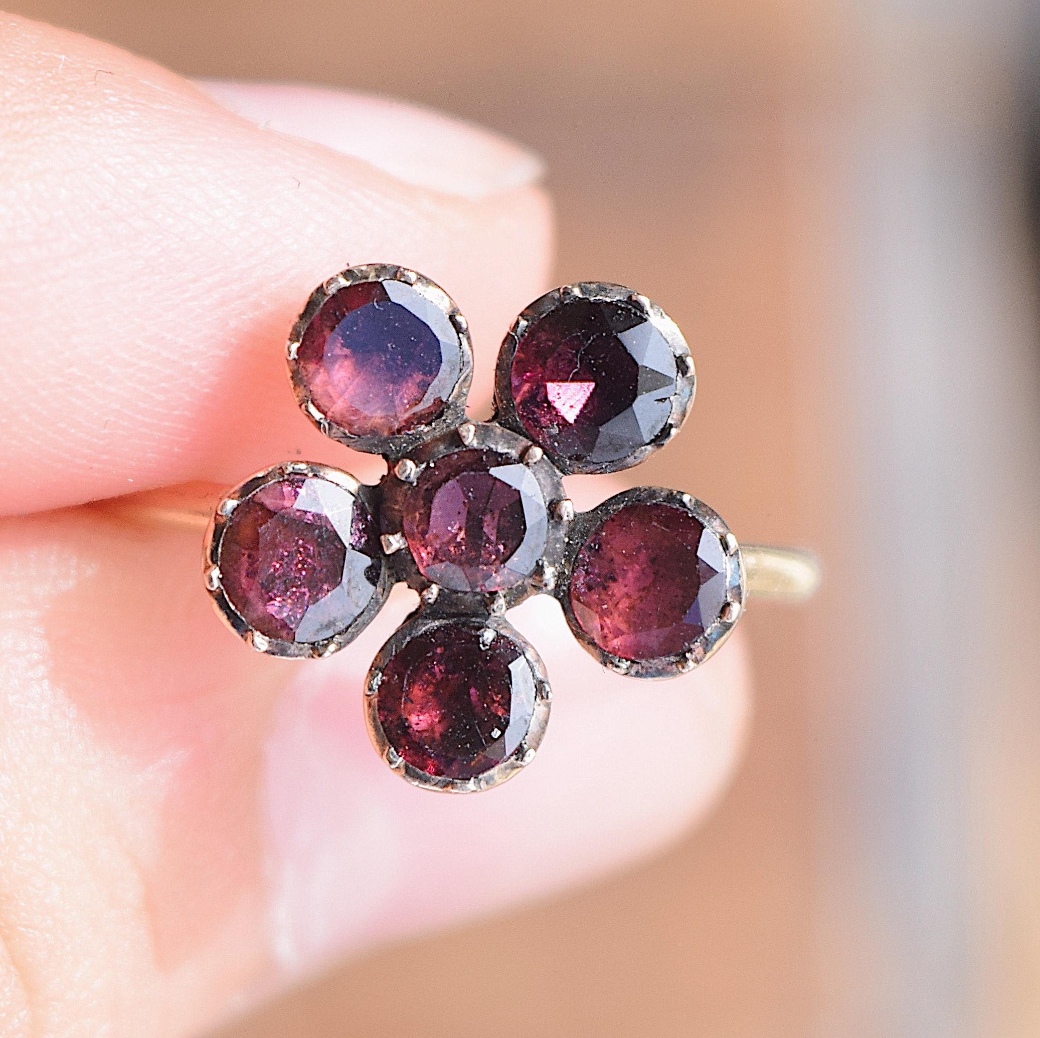 טבעת ג'ורג'יאנית מזהב עם פרח pansy מגרנטים.