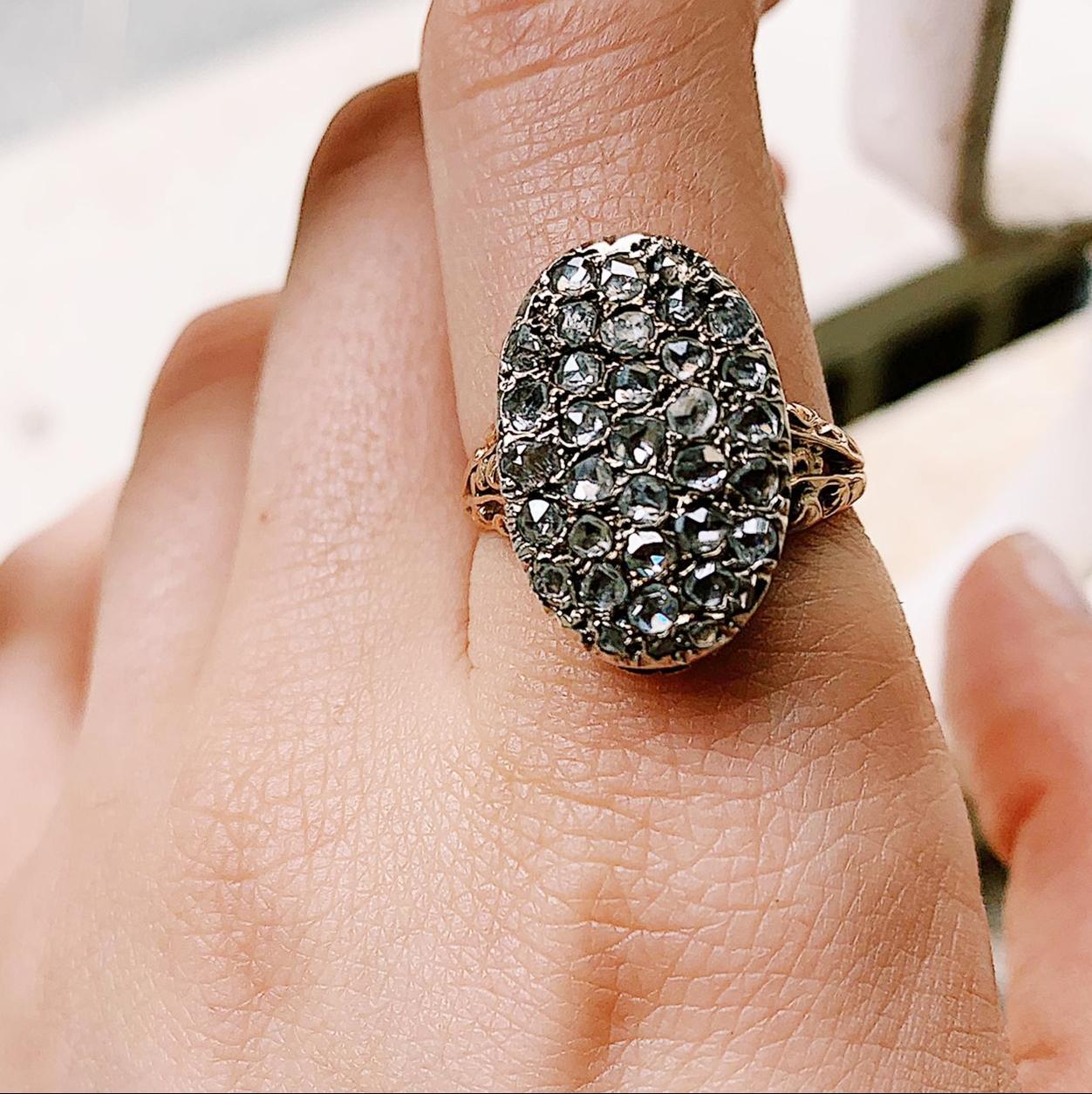 טבעת עתיקה אובלית זהב וכסף עם יהלומים.