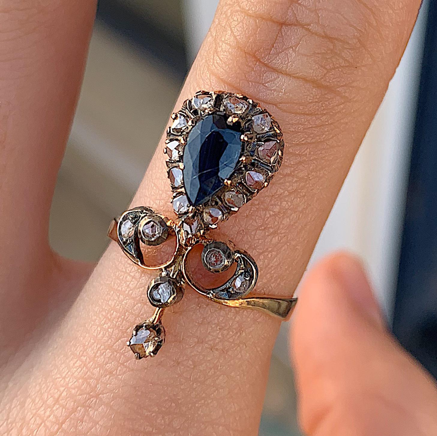 טבעת עתיקה, זהב עם ספיר ויהלומים בצורת Fleur-de-Lis.