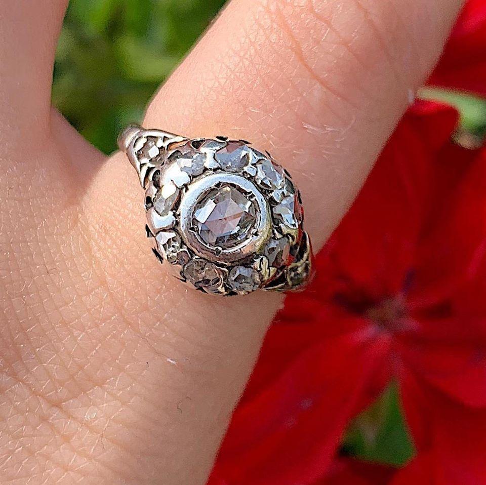 טבעת קלסטר עתיקה עם יהלומים בליטוש עתיק.