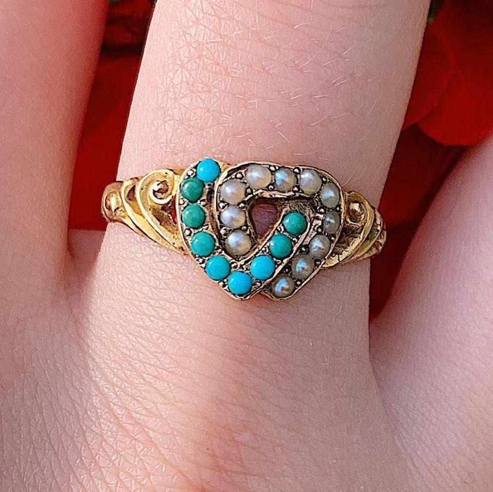 טבעת ויקטוריאנית עתיקה מזהב עם 2 לבבות טורקיזים ופניני ים.
