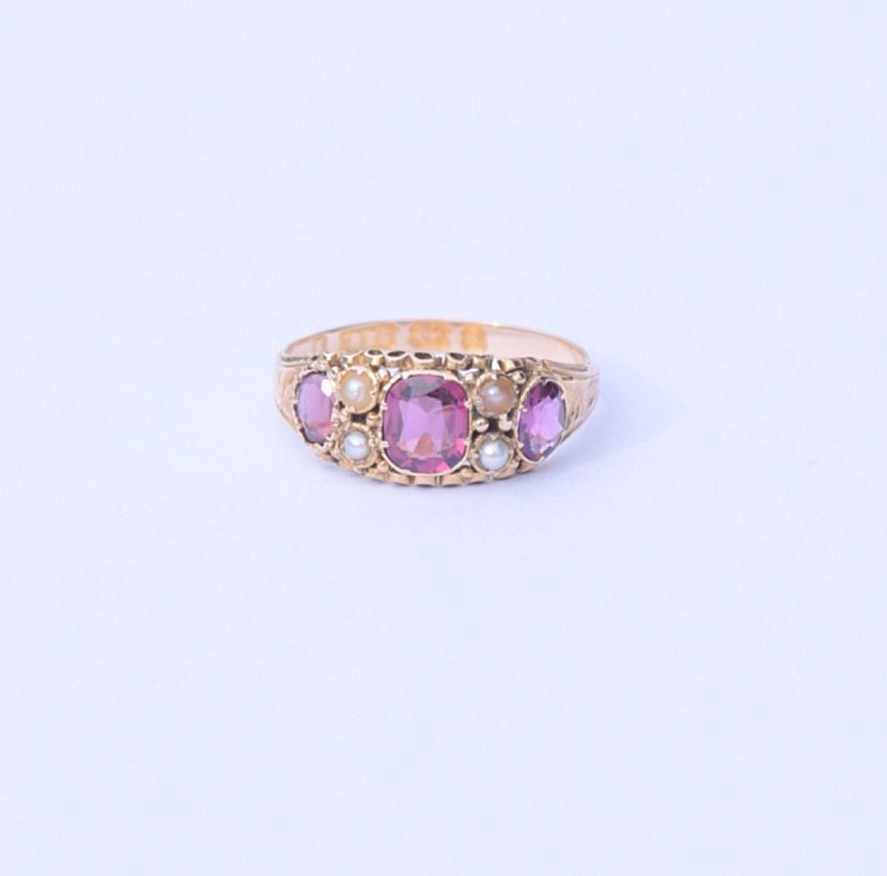 טבעת ויקטוריאנית זהב עם גרנטים אגוזיים ופנינים.