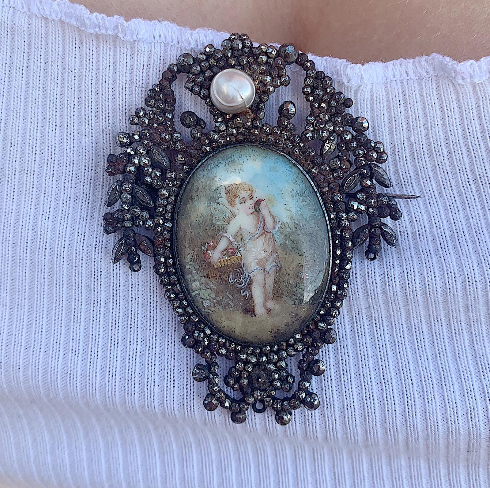 סיכה ג'ורג'יאנית מרהיבה, עם ציור יד מרהיב של מלאכית ומסגרת עם קאט סטיל.