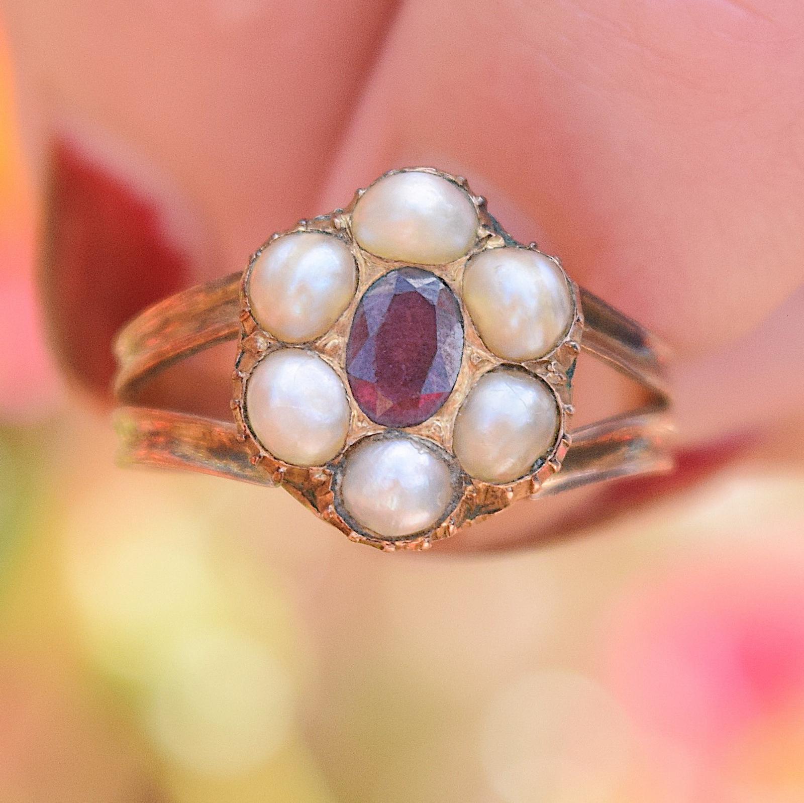 טבעת ג'ורג'יאנית עתיקה(כ 200 שנים) עם צבעים מרהיבים, זהב  גרנט ופניני ים.