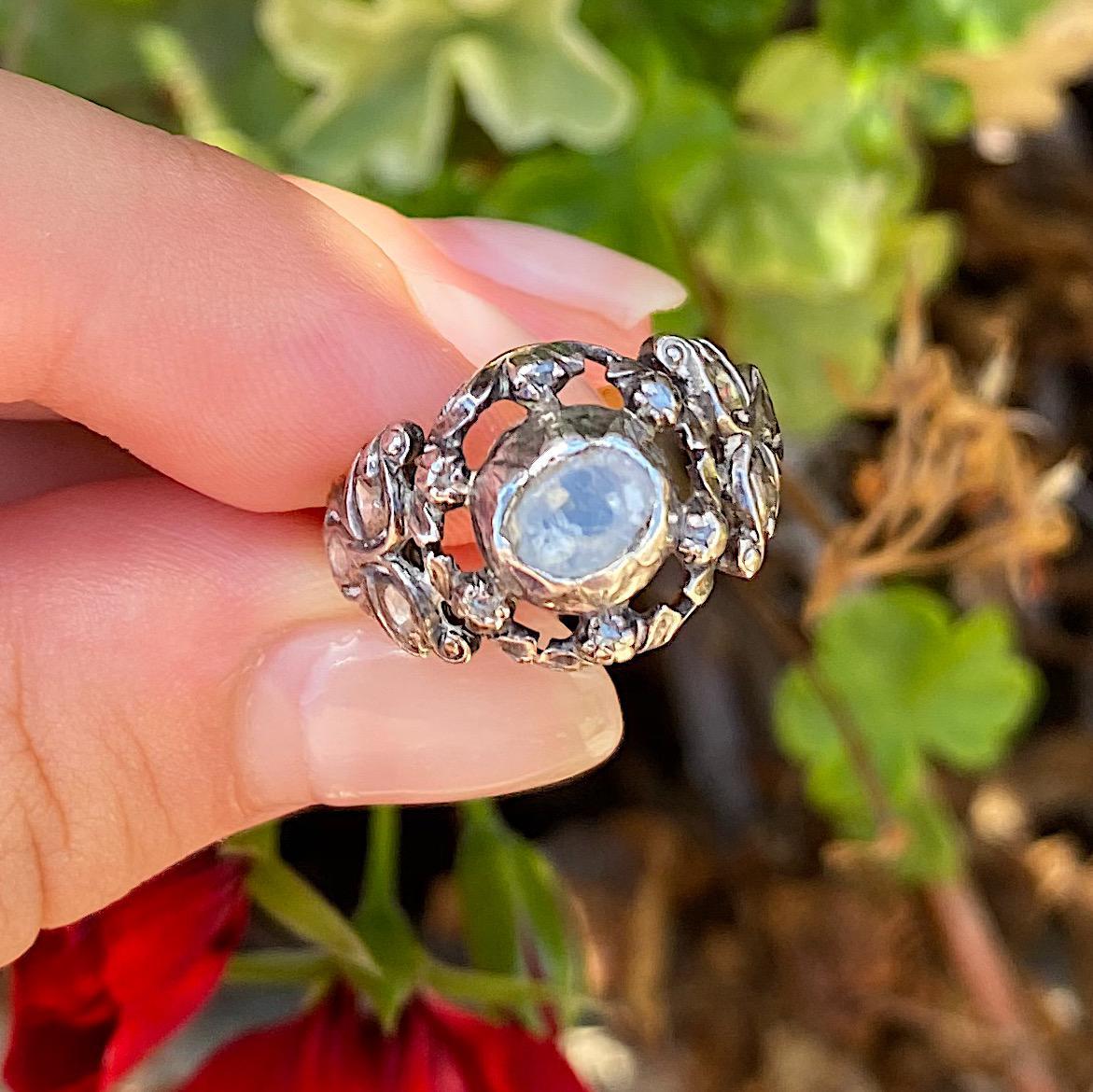 טבעת עתיקה גדולה, זהב 18k וכסף, עם יהלום מרכזי ועוד יהלומים מסביב.
