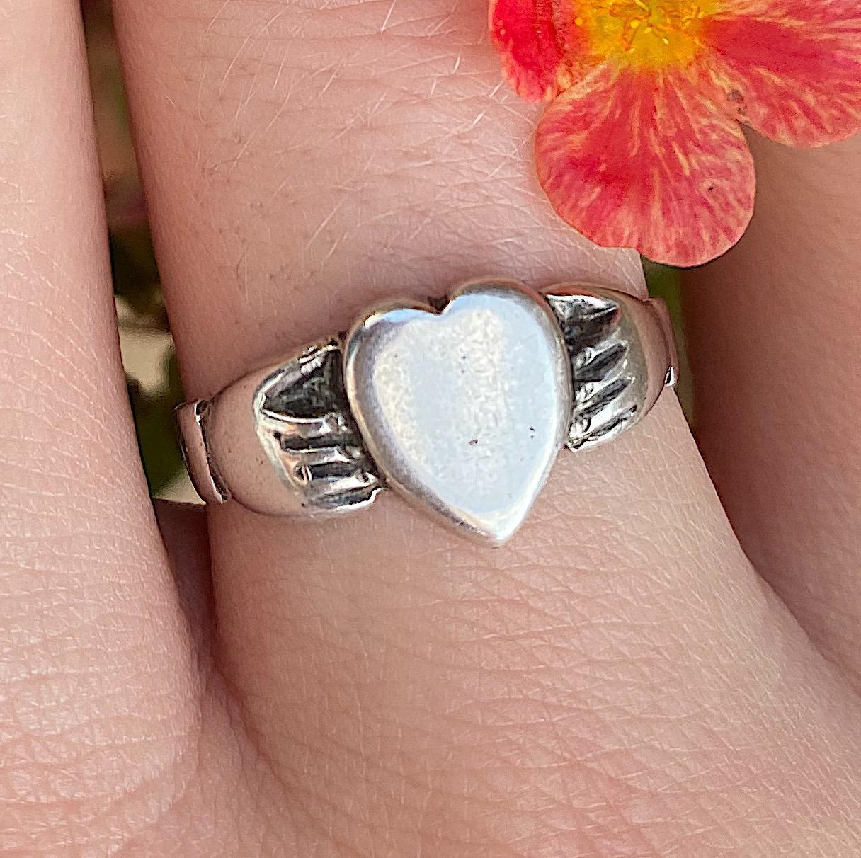 טבעת חברות ואהבה מכסף, חתומה .