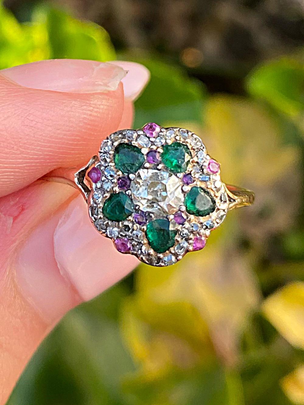 טבעת ג'ורג'יאנית -ויקטוריאנית מוקדמת, זהב וכסף עם אבני אמרלד, רובי ויהלומים.