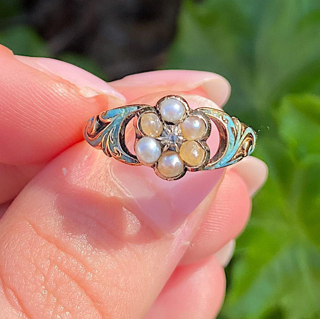 טבעת קלסטר עתיקה יפהפיה מזהב עם פנינים יהלום ואמייל תכלת.