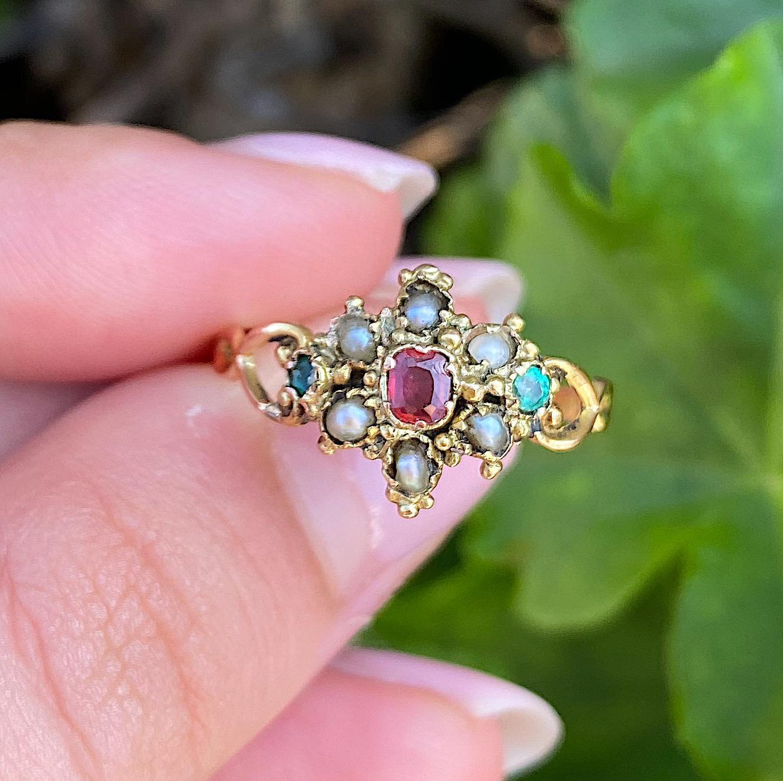 טבעת עתיקה אנגלית מזהב, עם  רובי, אמרלד ופניני ים.