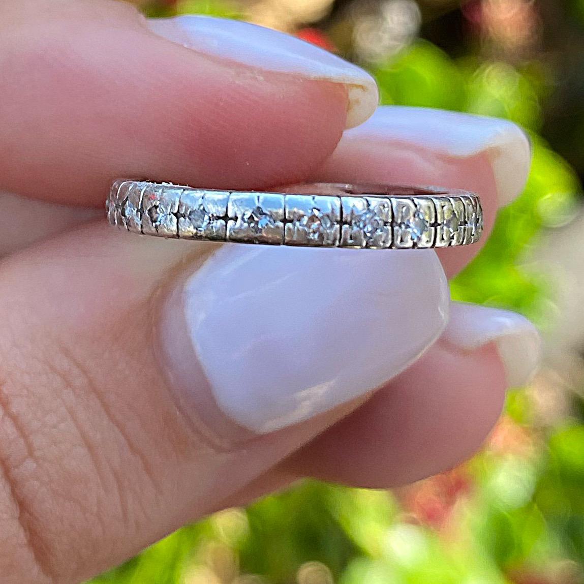טבעת איטרניטי עתיקה מפלטינה, עם יהלומים.