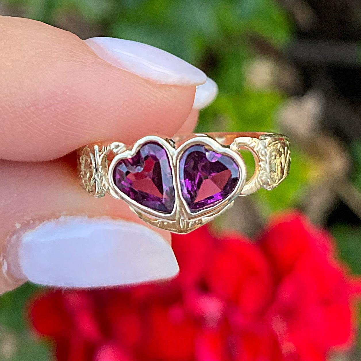 טבעת אהבה עתיקה, זהב 18k, עם 2 לבבות המשובצים באבני גרנט.