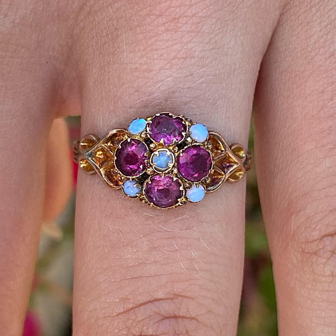 טבעת ויקטוריאנית,זהב 12k עם רובינים אופלים ועיטורים.