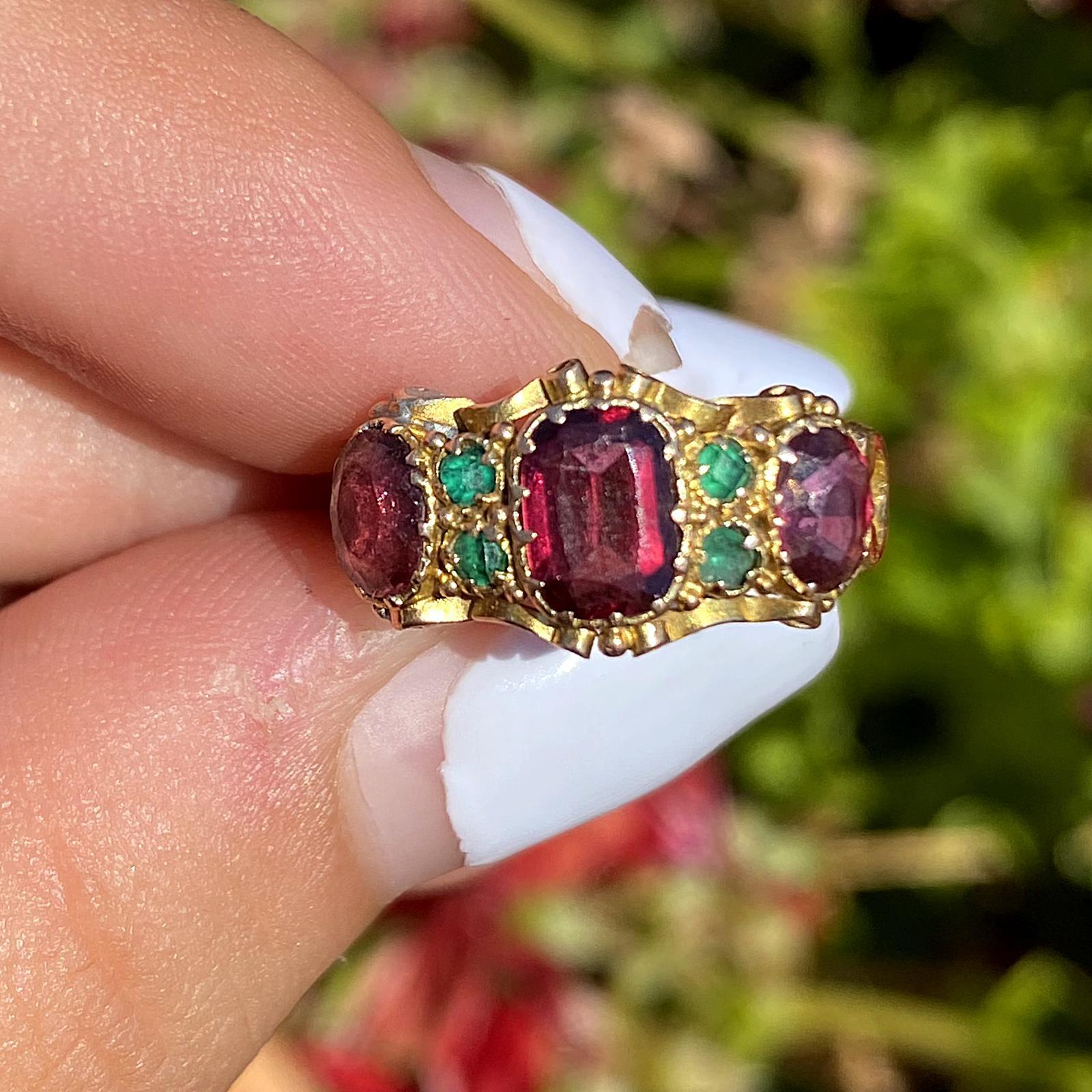 טבעת עתיקה זהב 15k עם אבני טורמלין ורודות וירוקות.