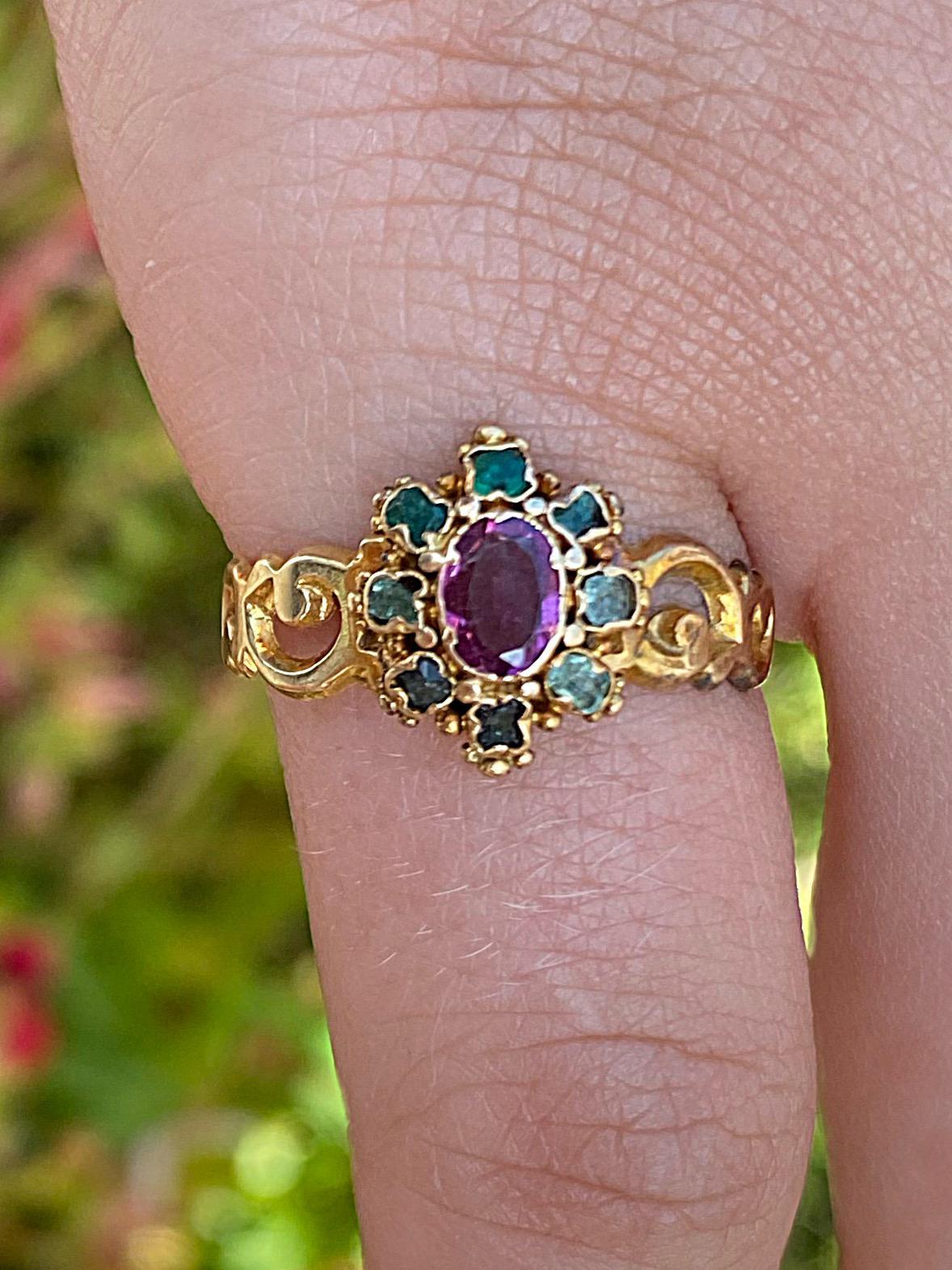 טבעת עתיקה, זהב 18k, עם אבן גרנט ואבני אמרלד מסביבה.